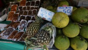 オンヌット生鮮市場に売られているパイナップル